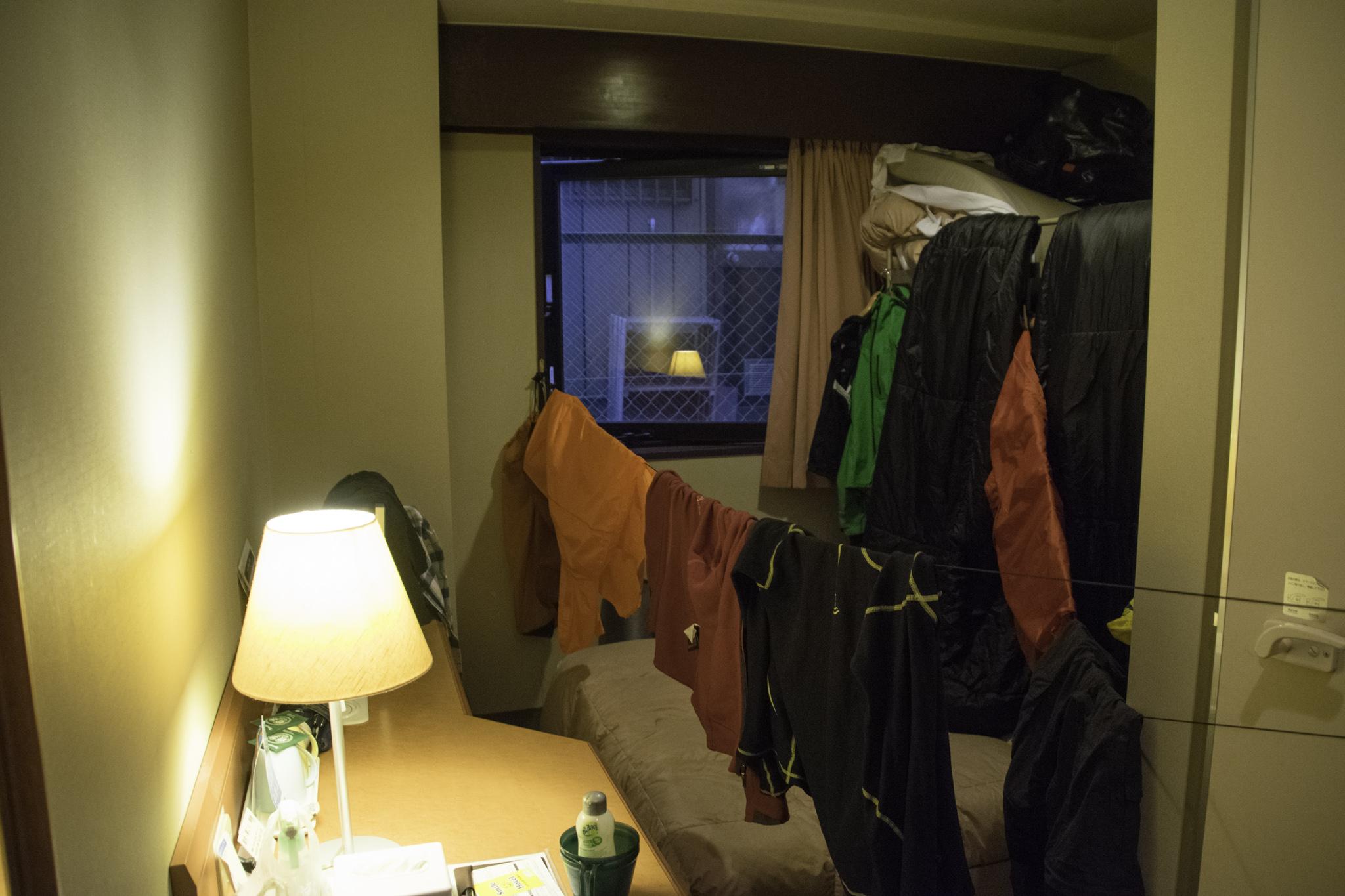 Kleider und Material trocknen im Hotelzimmer