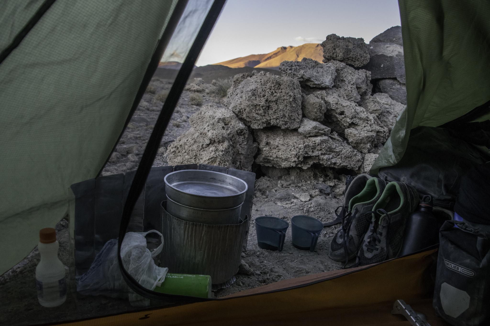 Wegen der Kälte kochten wir stets aus dem Zelt - hier Haferflocken zum Frühstück