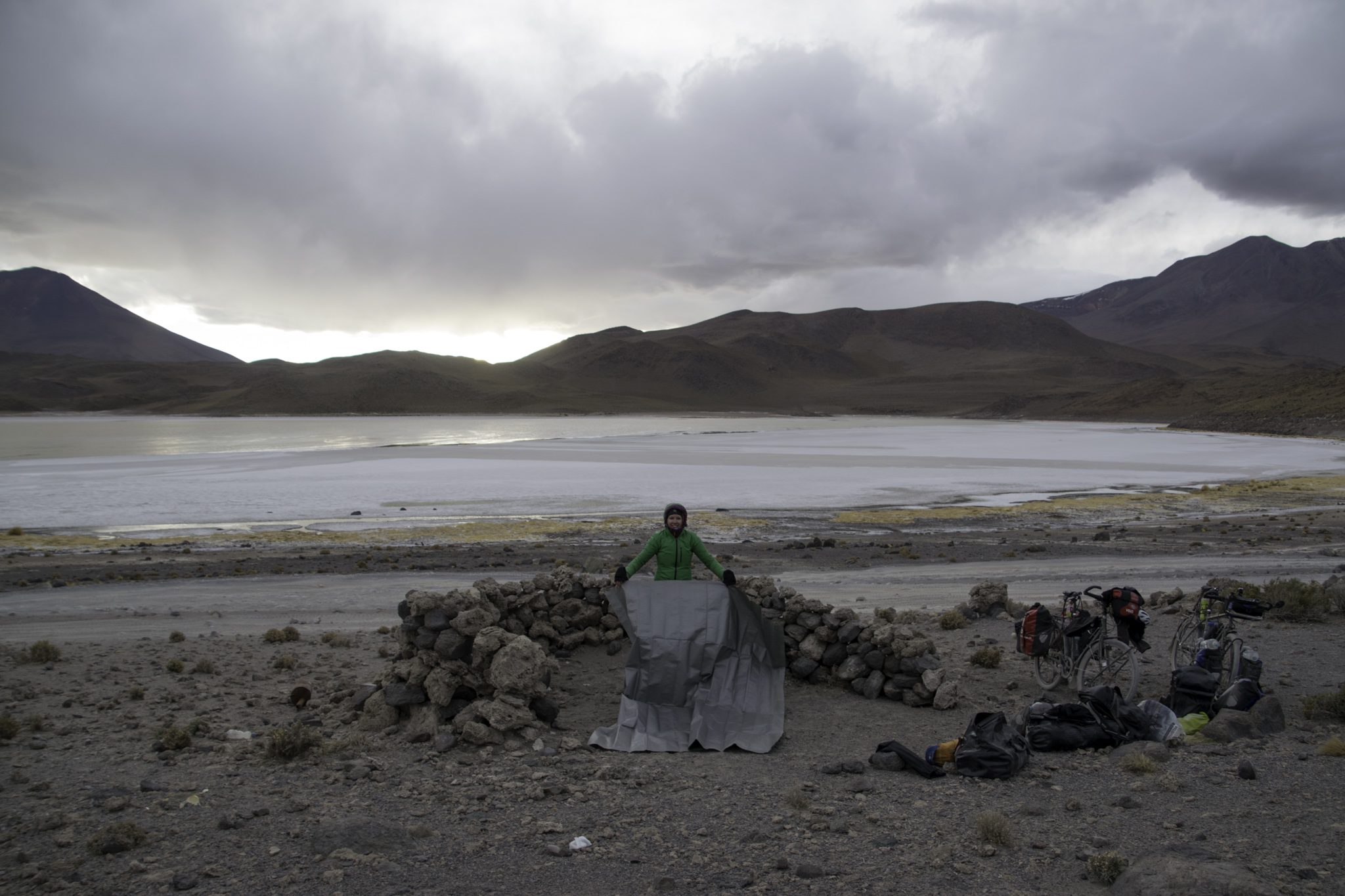 Zelten im Windschutz einer Steinmauer bei der Laguna Chiar Khota