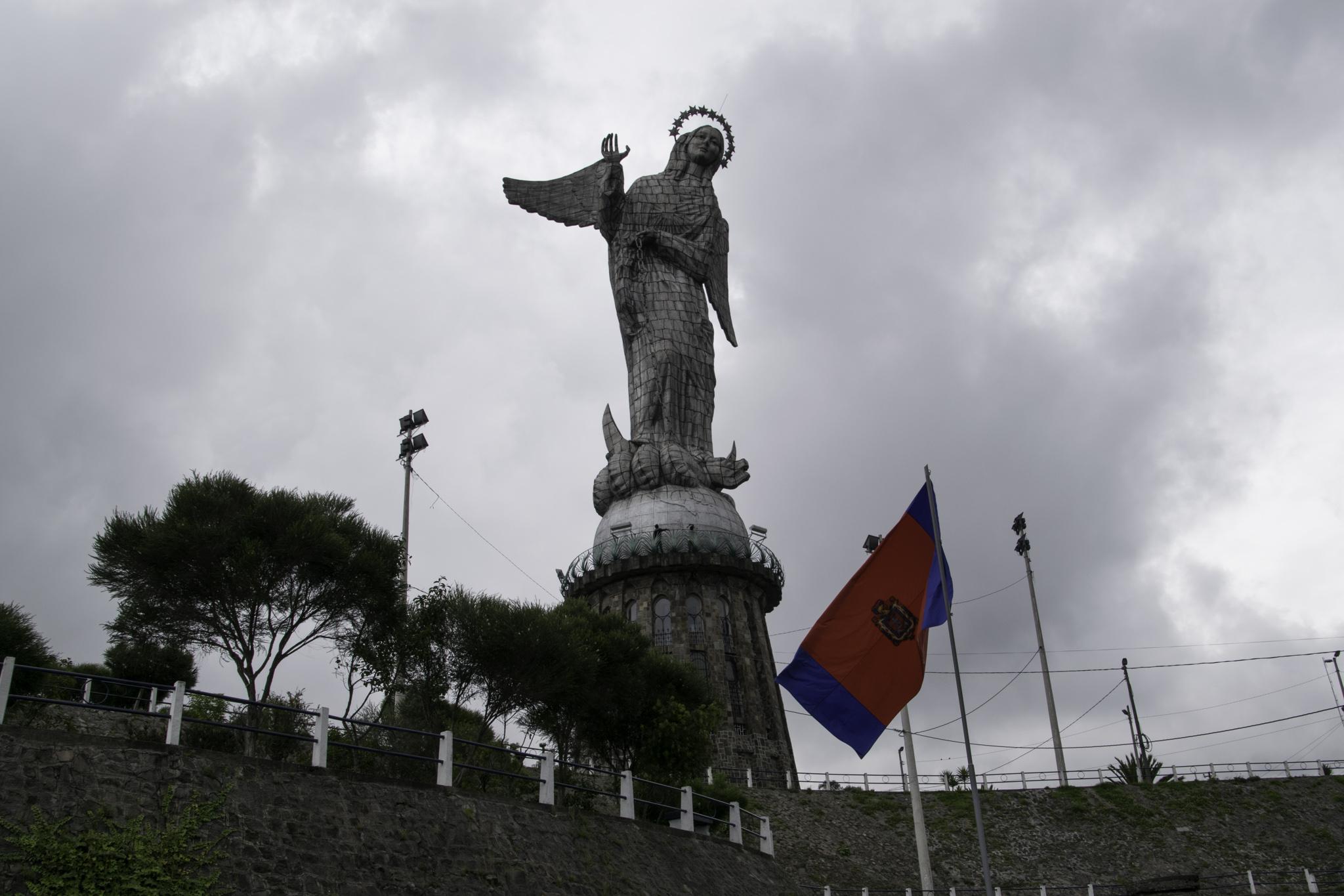 """Die Madonna auf dem Hügel """"El Panecillo"""" mitten in Quito"""