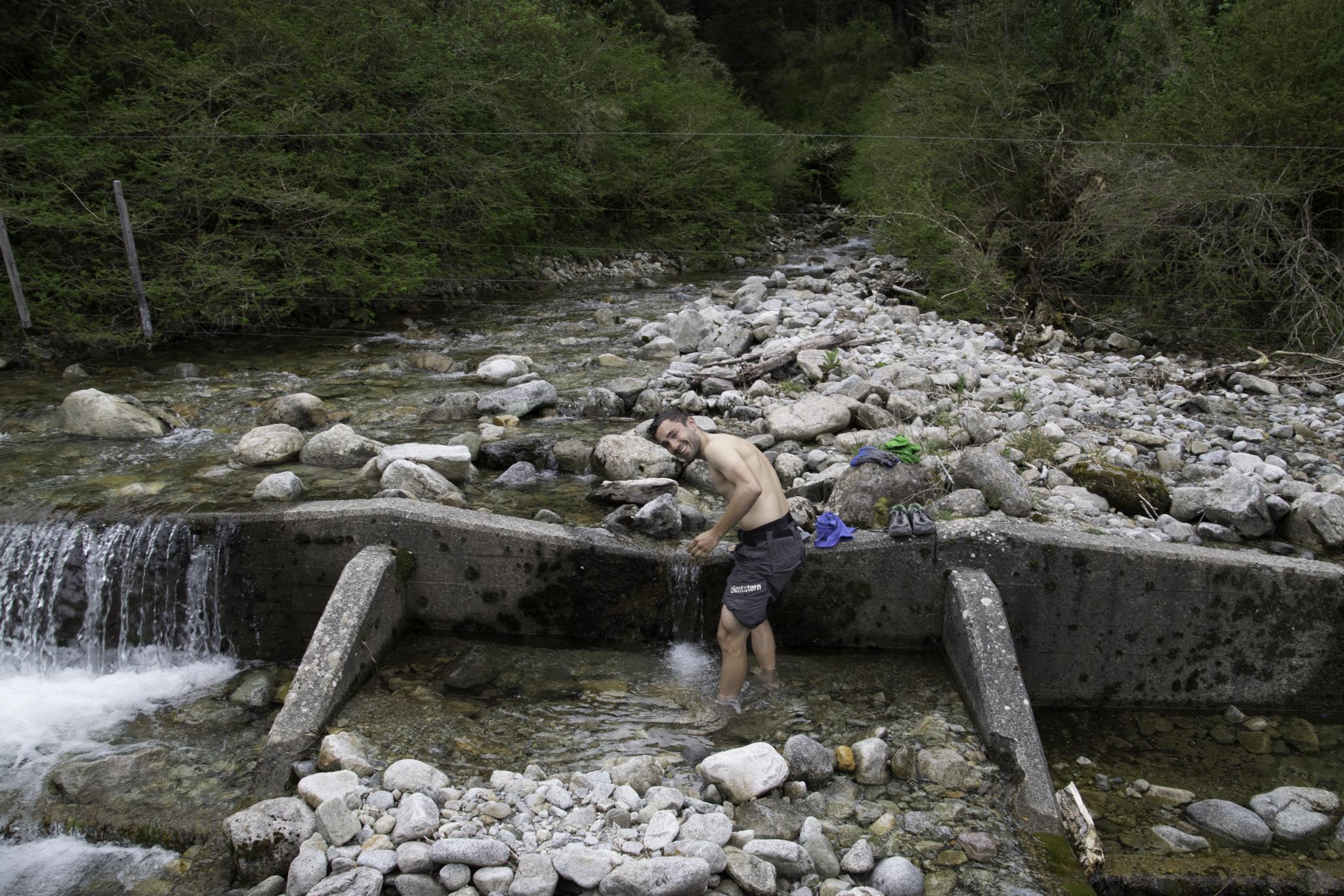 Waschen im kalten Bergbach