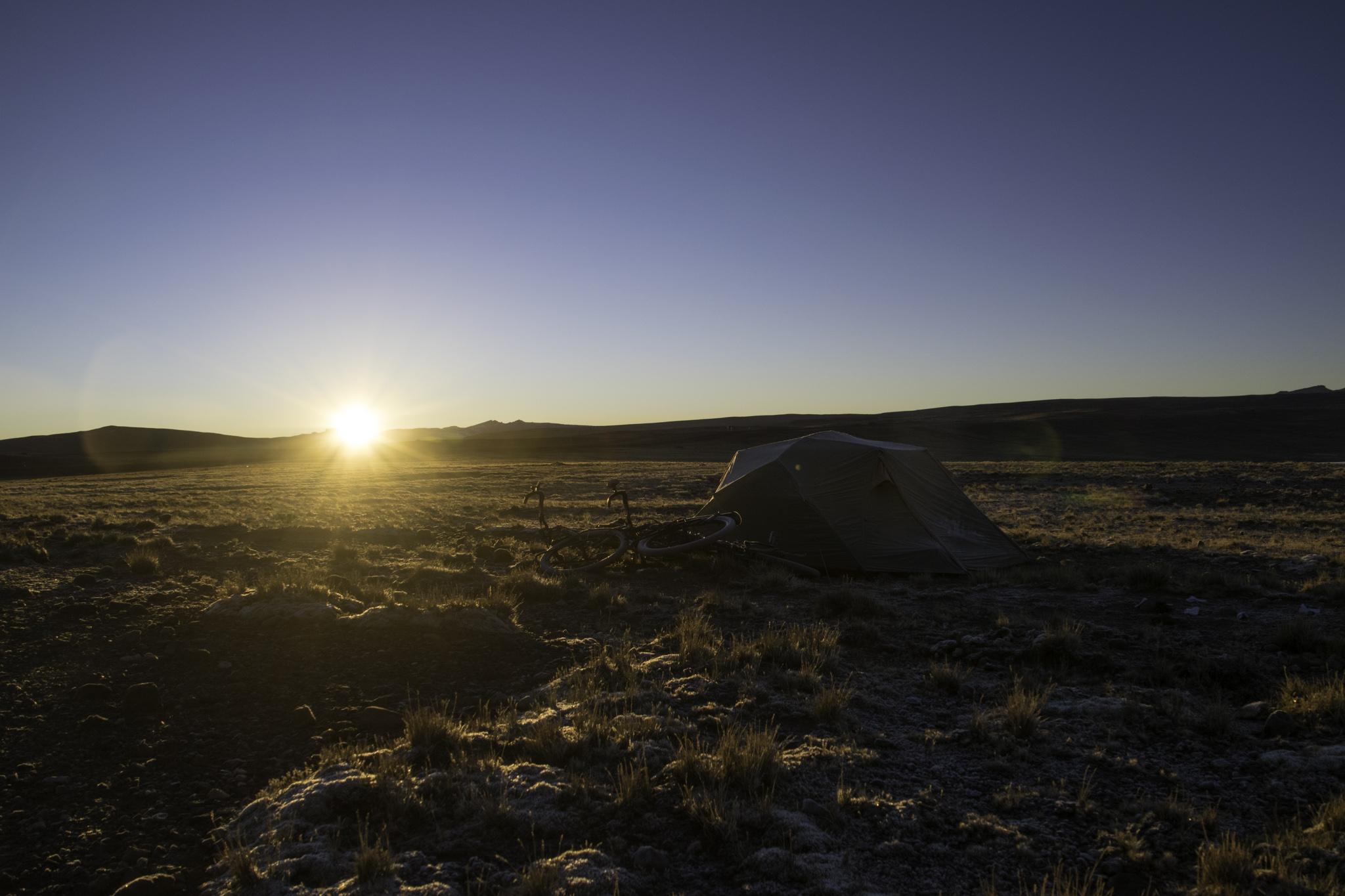 Zelten auf 4500 m.ü.M. - endlich kommt die wärmende Sonne