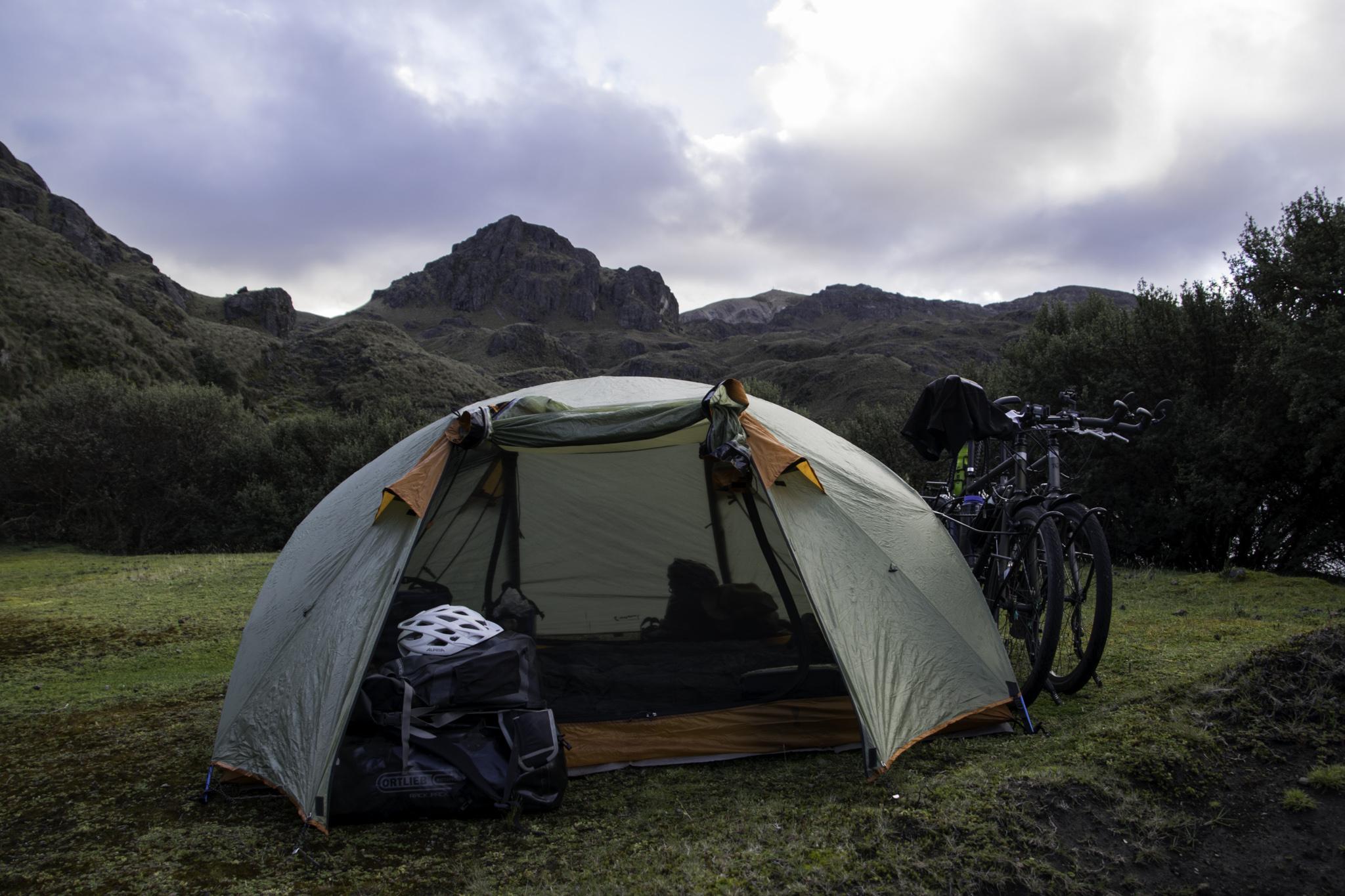 Zelten bei einem kleinen Bergsee, ausser Sichtweite der Strasse