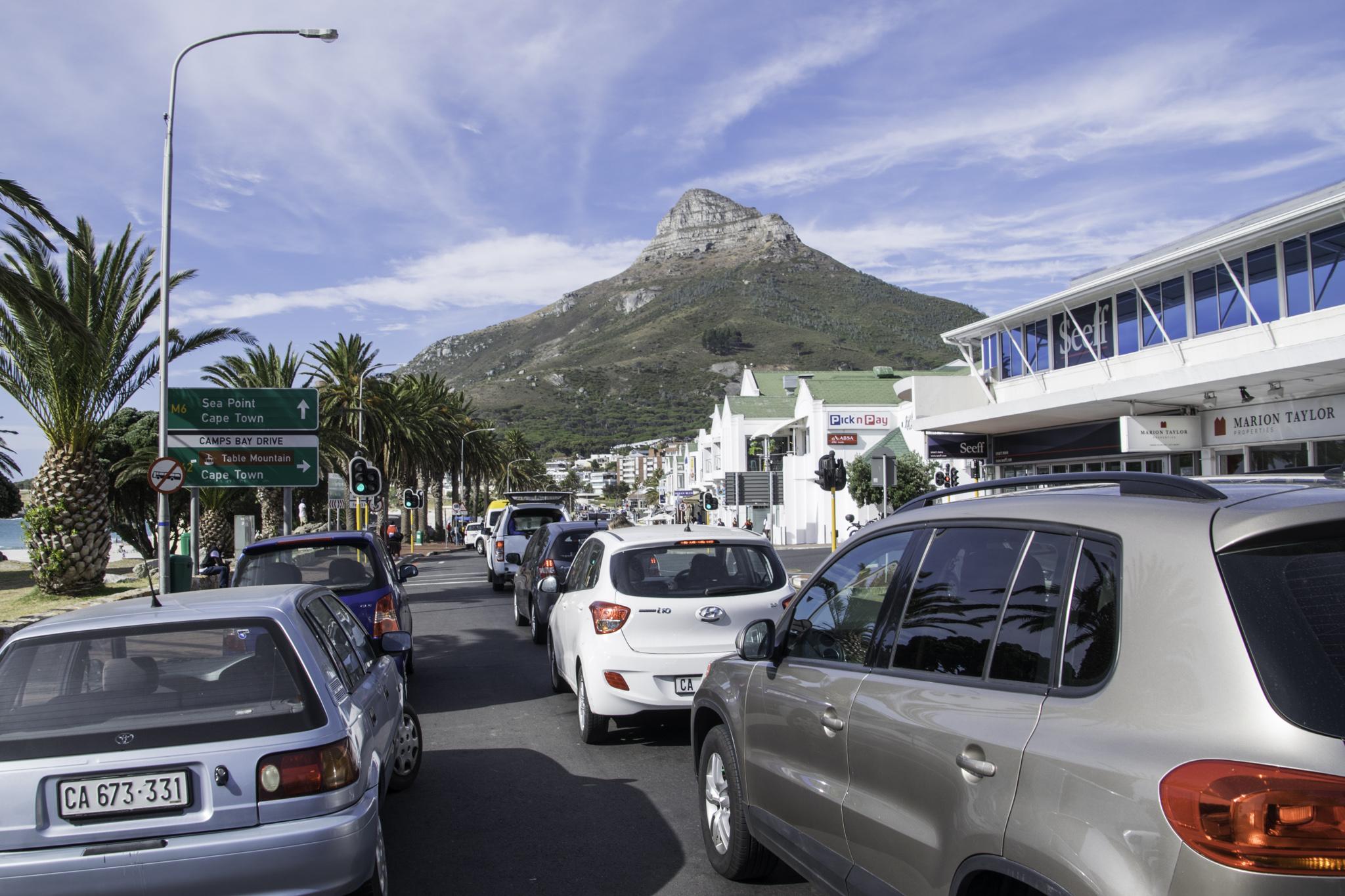 Fahrt durch den Stadtverkehr Kapstadts
