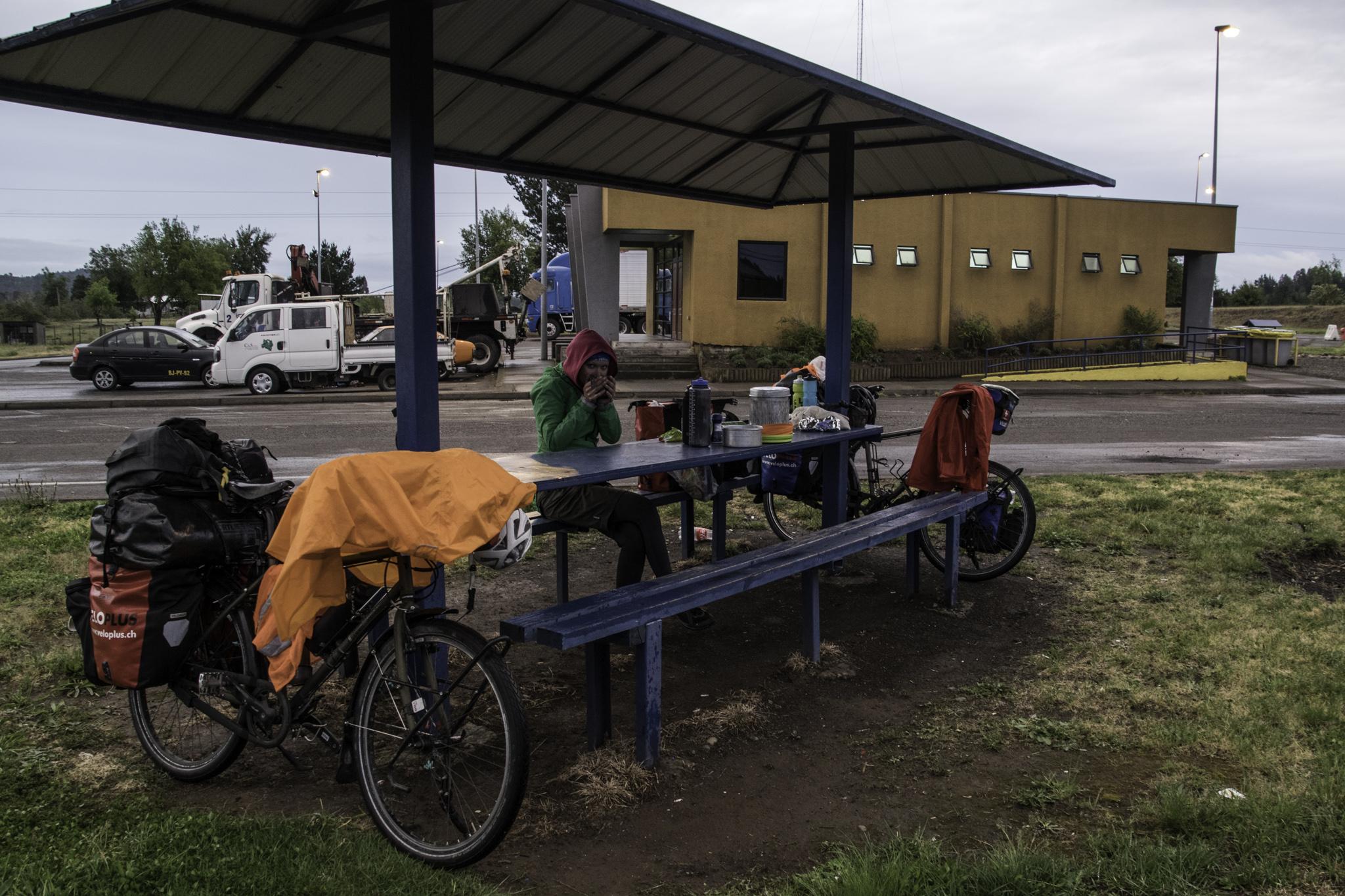 Zelten im Regen bei der nächsten Autobahnaufsicht