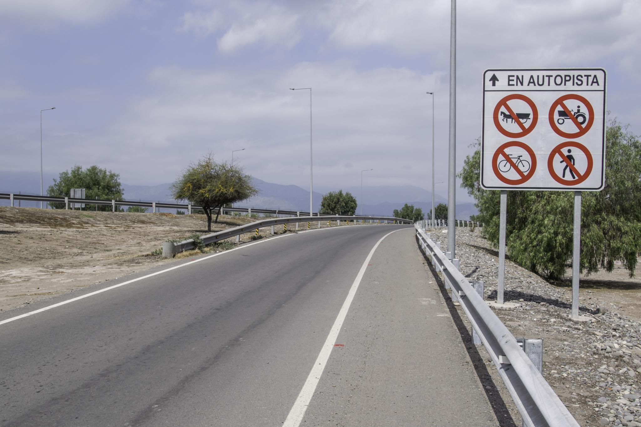 """Nicht sehr gastfreundlich von der """"Autopista"""" uns so zu begrüssen - so verboten war es dann doch nicht und dank des Pannenstreifens hatten wir genügend Platz"""
