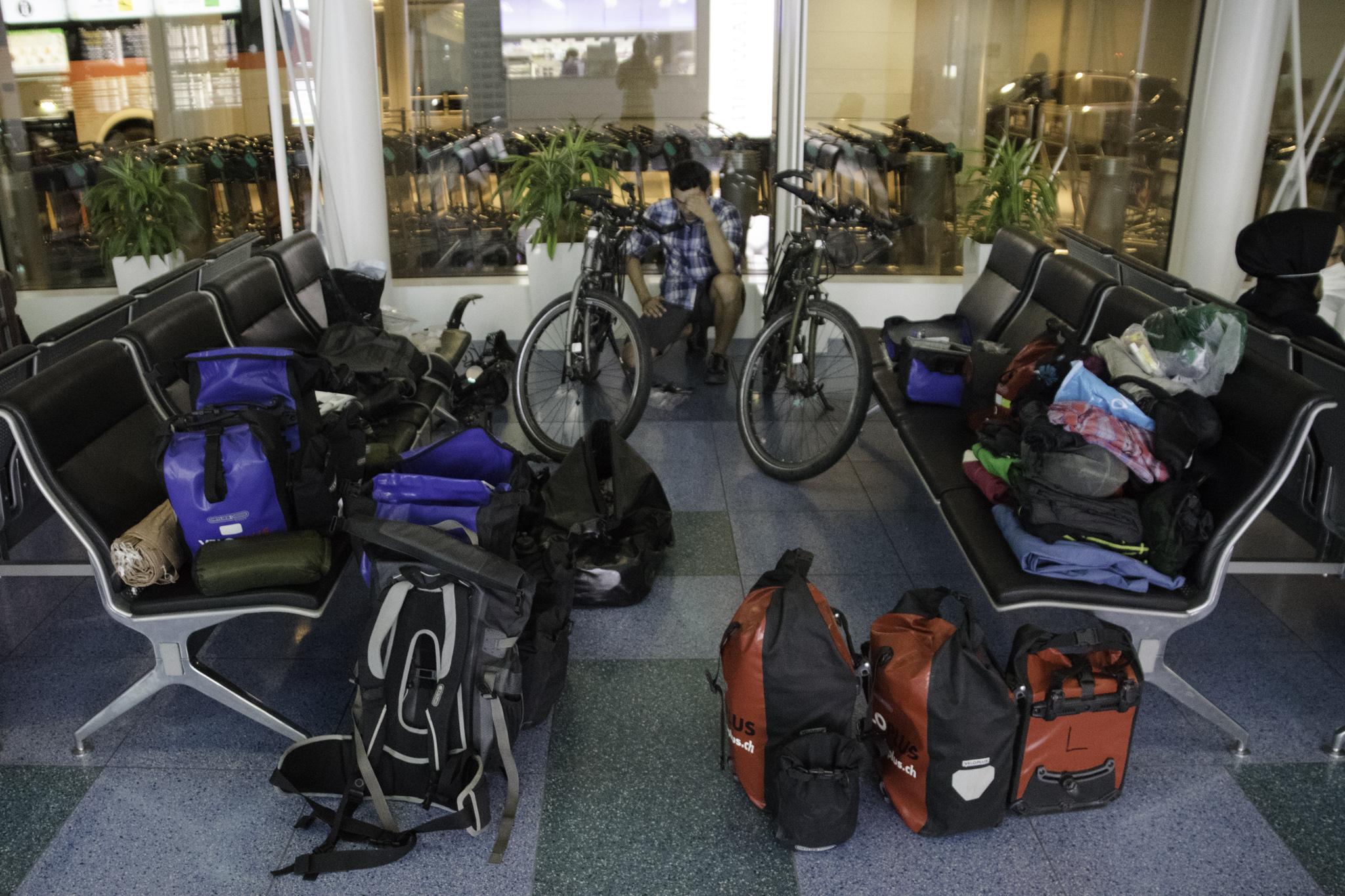 Verpacken der Velos am Flughafen