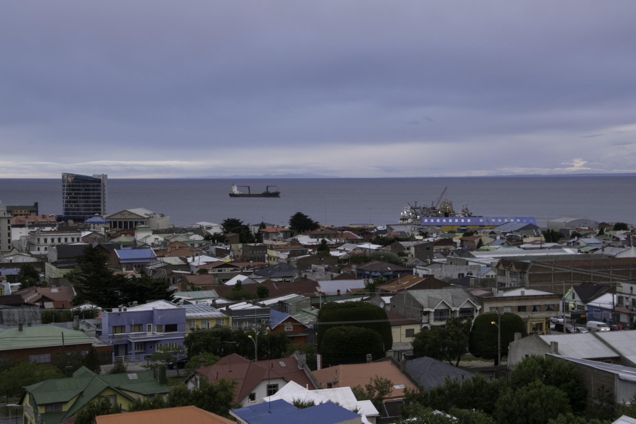 Letzter Blick über Punta Arenas und über die Magellan-Strasse