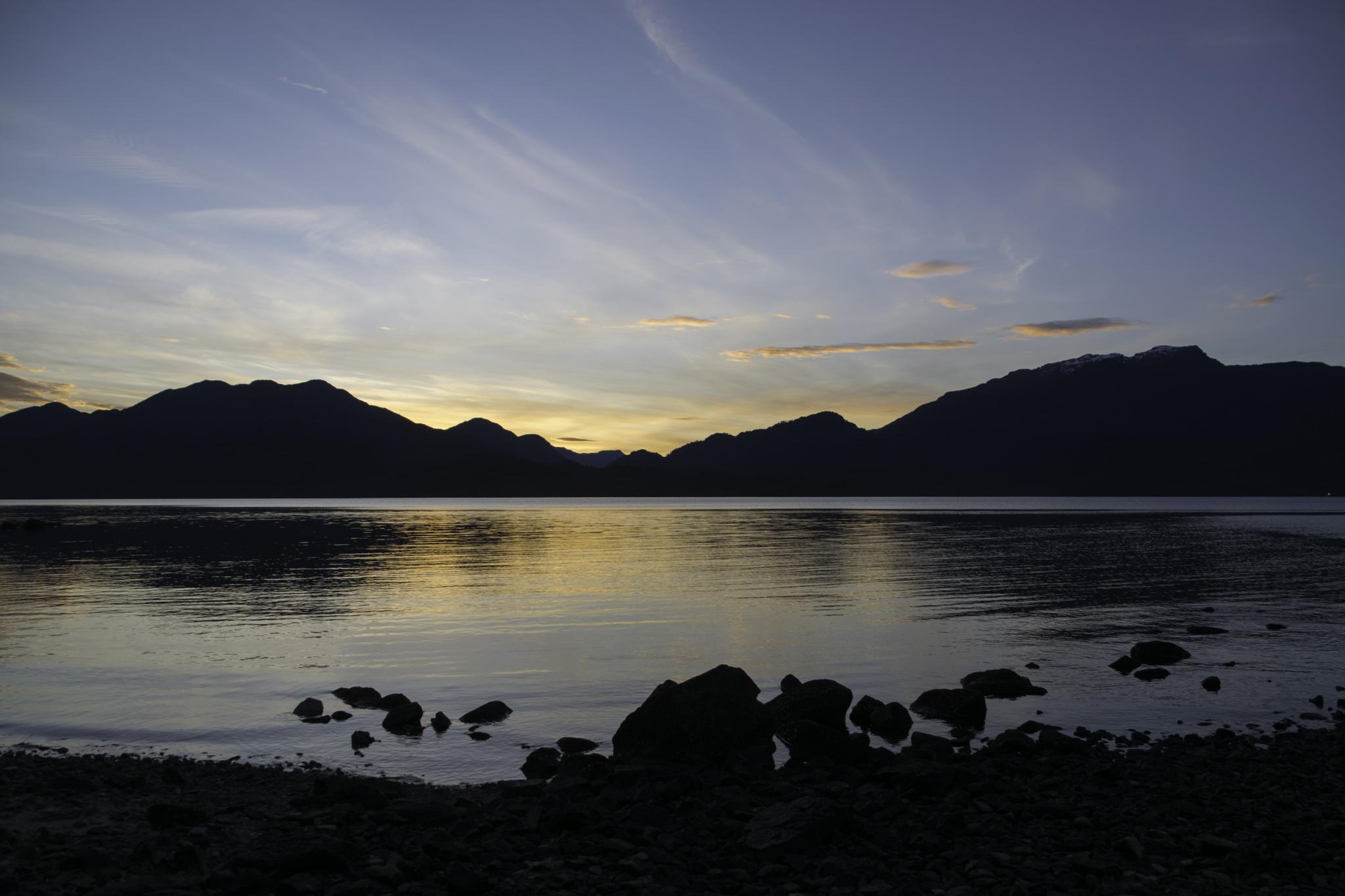 Aussicht vom Zelt auf den Fjord im Morgengrauen