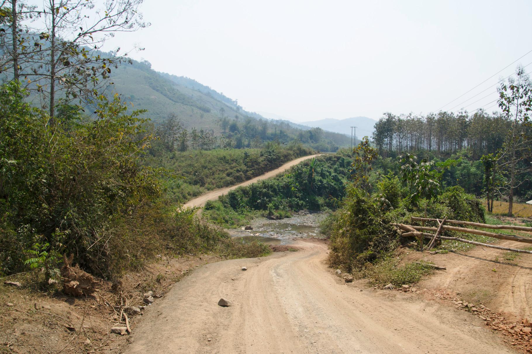Staubstrasse entlang dem Mekong