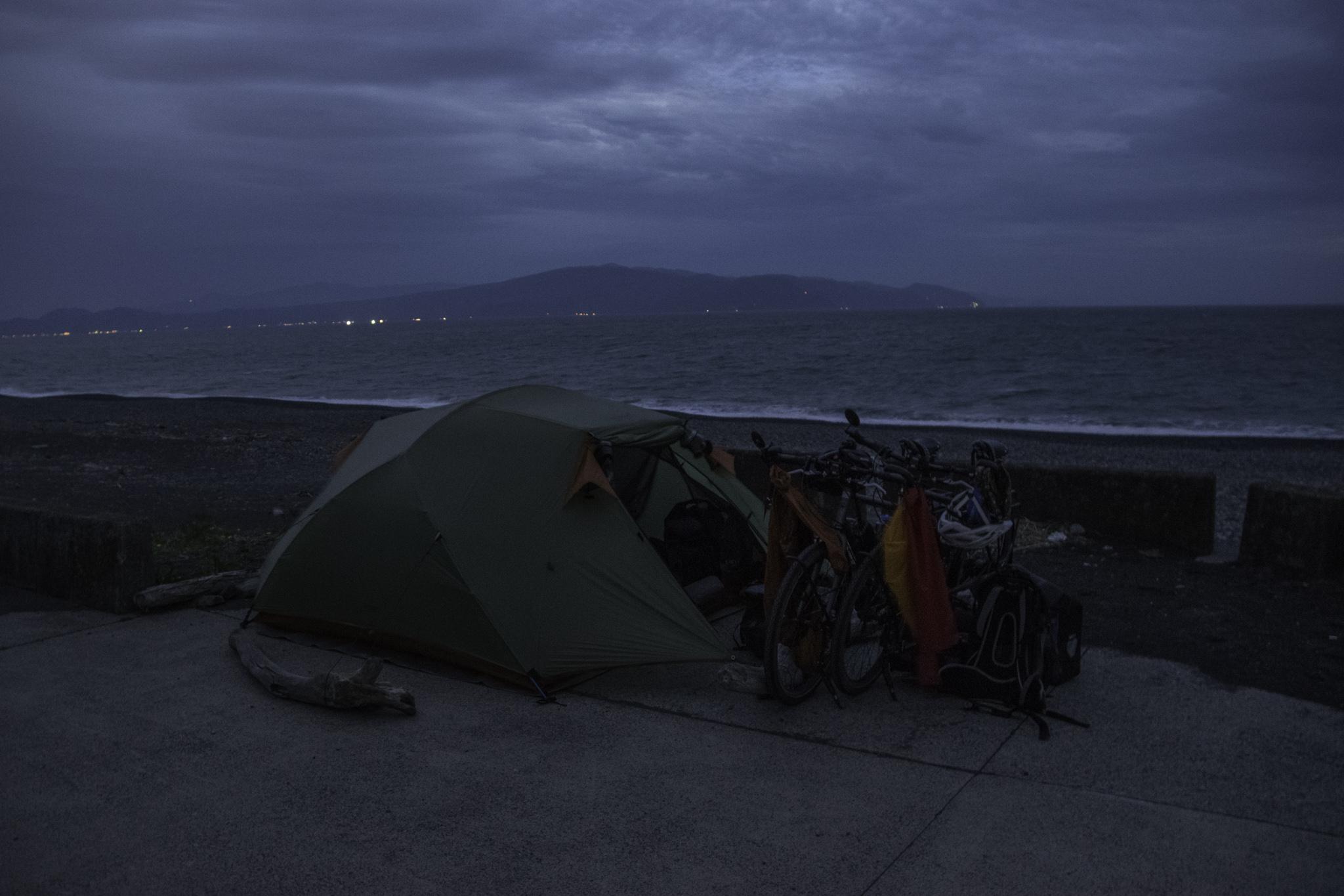 ...wird aber zum Abspannen des Zelts gegen den starken Wind benötigt.