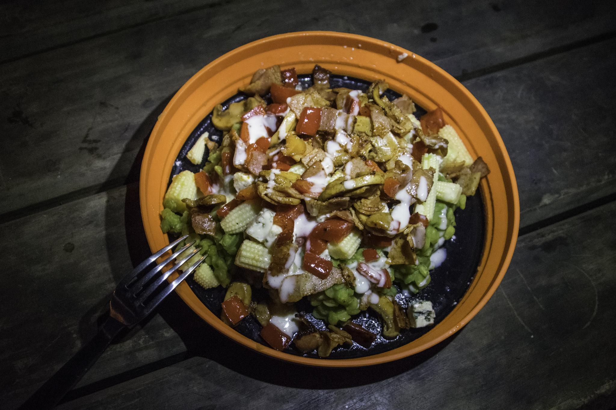 Linsensalat mit Speck, Käse und Gemüse