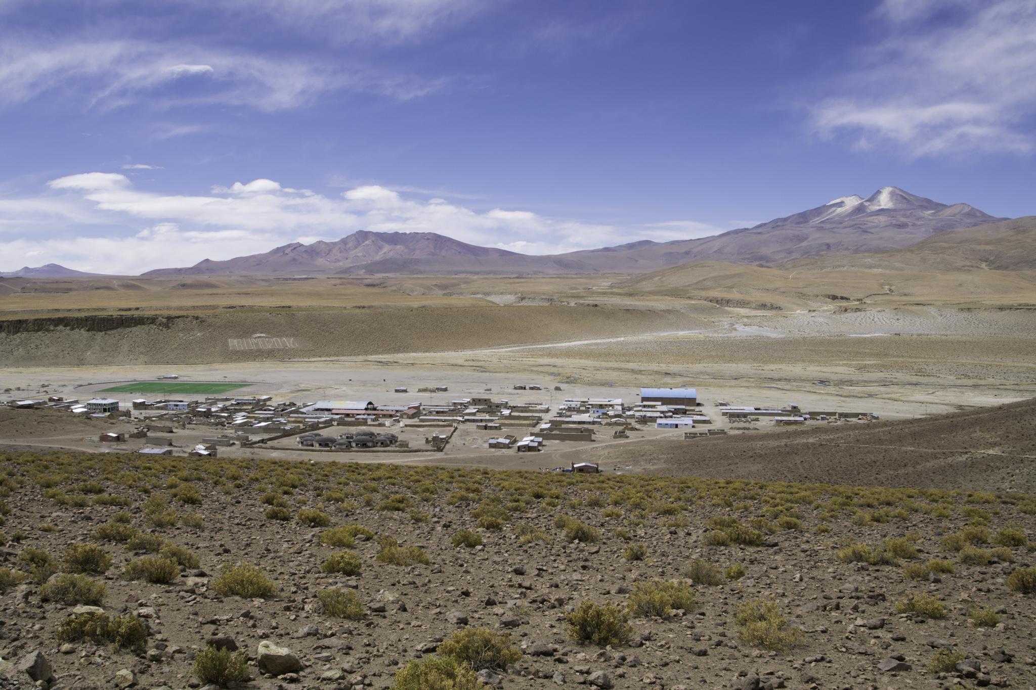 Das Dorf Quetena Chico und rechts dahinter der Vulkan Uturuncu