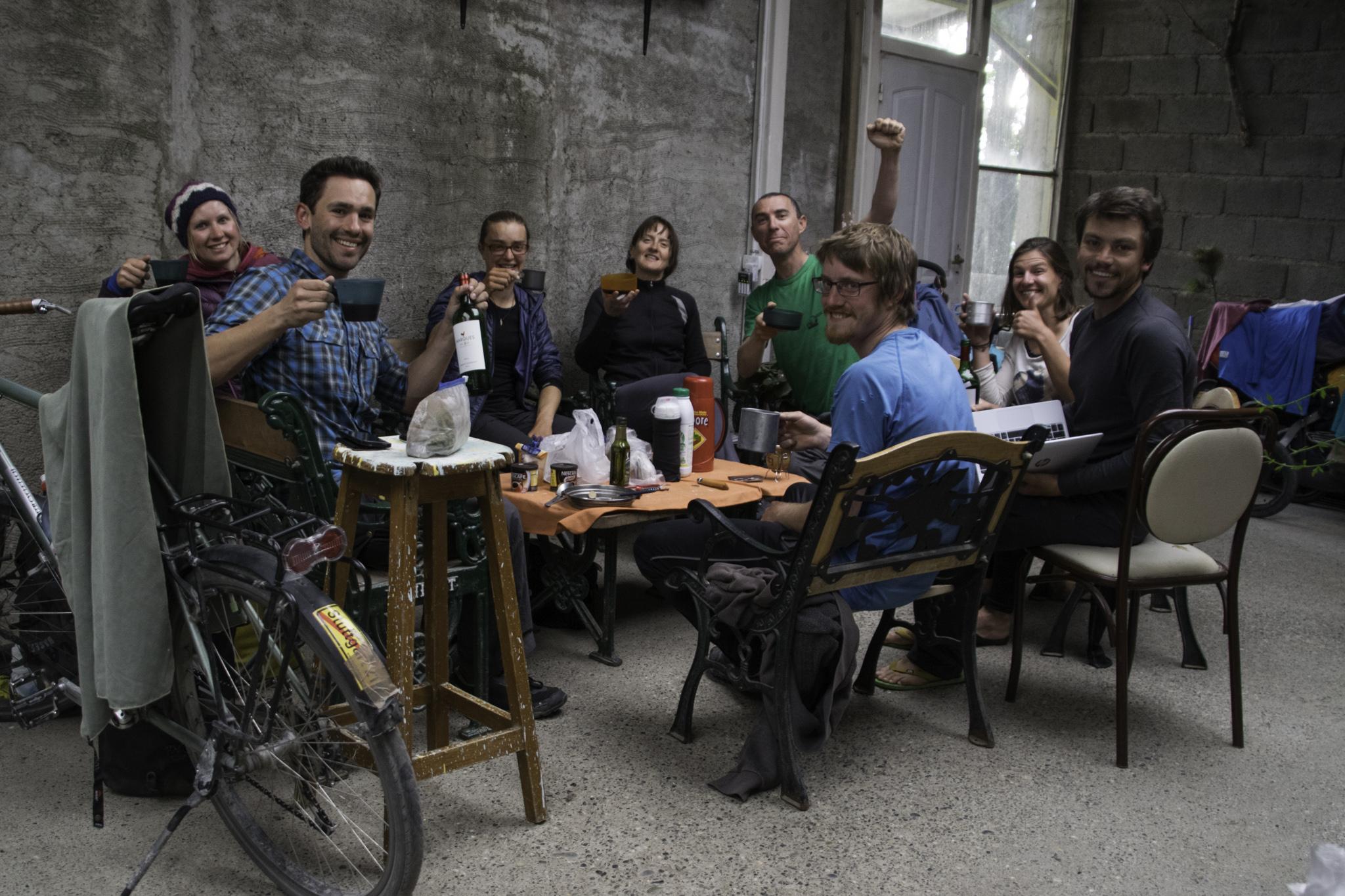 """Unter Veloreisenden im """"Casa de las Ciclistas"""" in der Bäckerei von Tolhuin"""