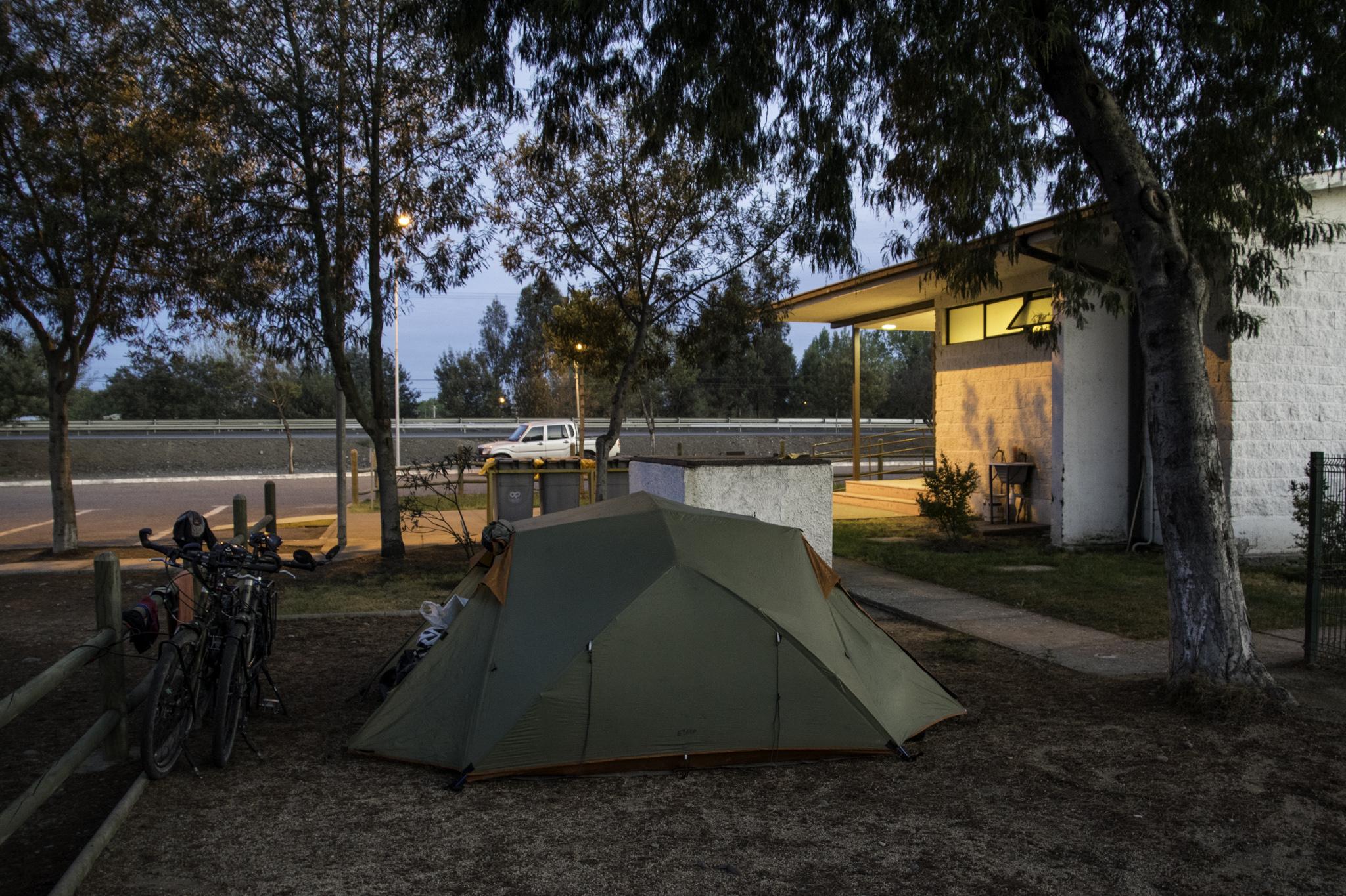 Zelten bei der Autobahnaufsicht - der Nachtwächter hat auch auf uns ein wenig aufgepasst