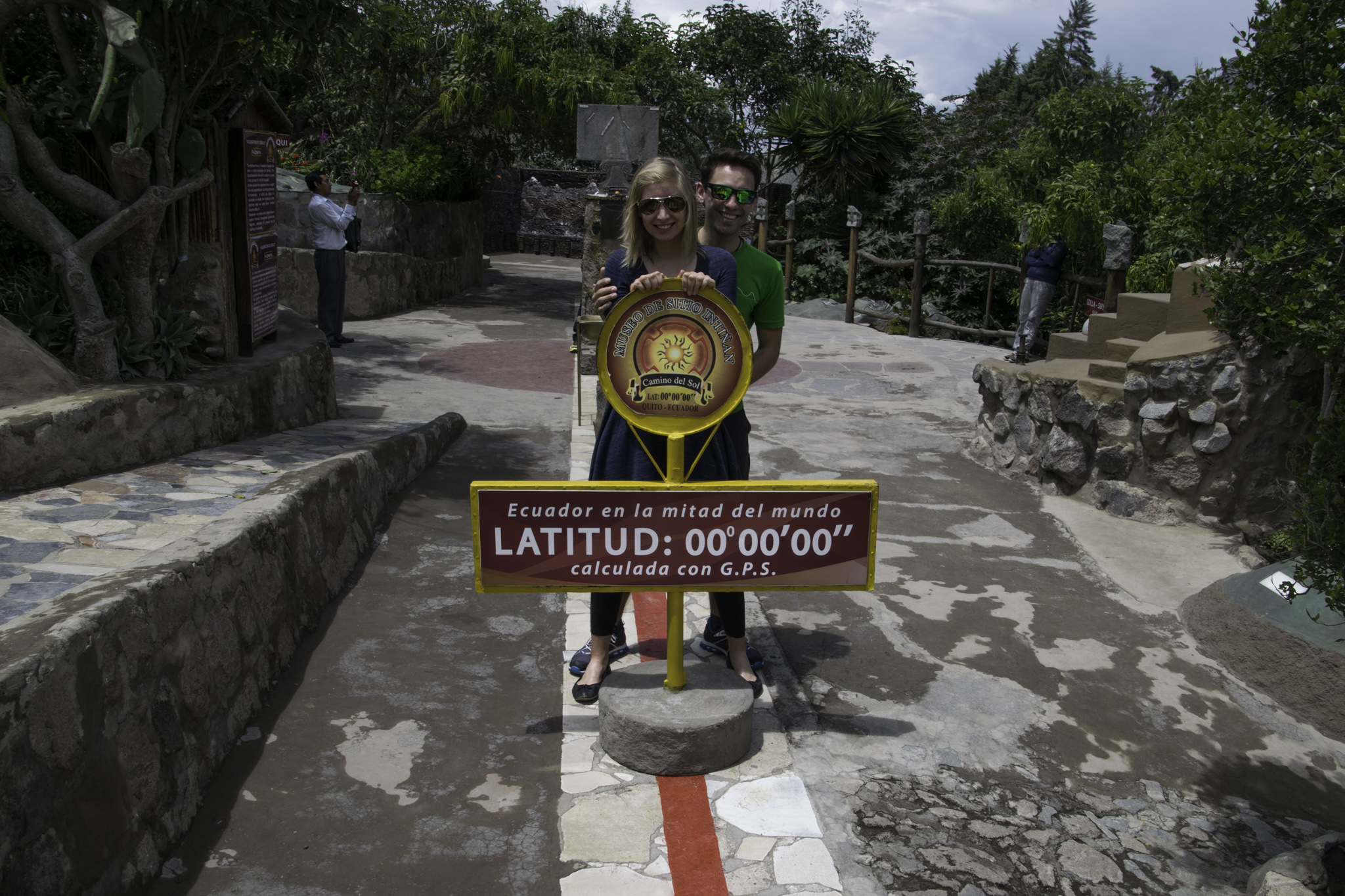 La Mitad del Mundo - Die Mitte der Welt (ein Fuss auf der nördlichen, einer auf der südlichen Hemisphäre!)