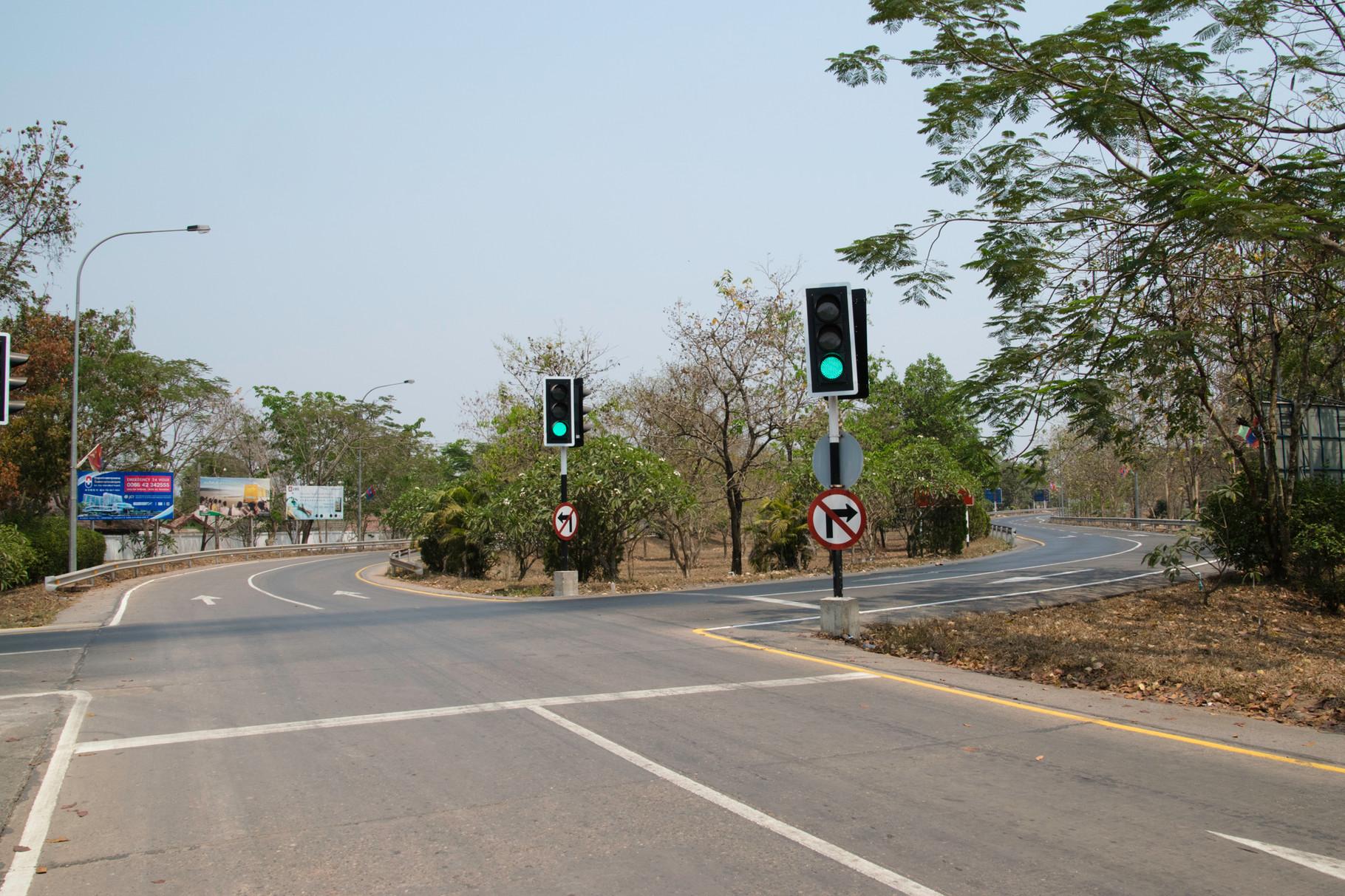 Spurwechsel vom Rechtsverkehr in Laos zum Linksverkehr in Thailand