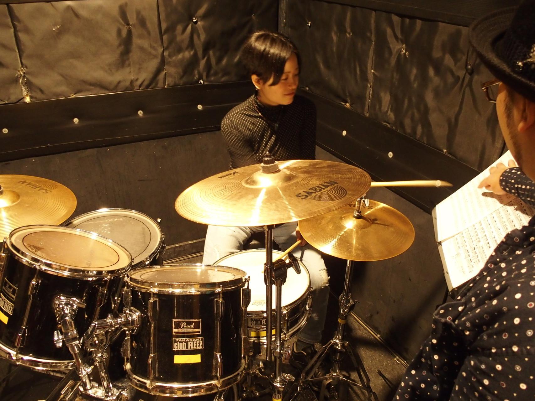 群馬県高崎市のライドオンドラムスクールの ドラム教室内でのレッスン風景