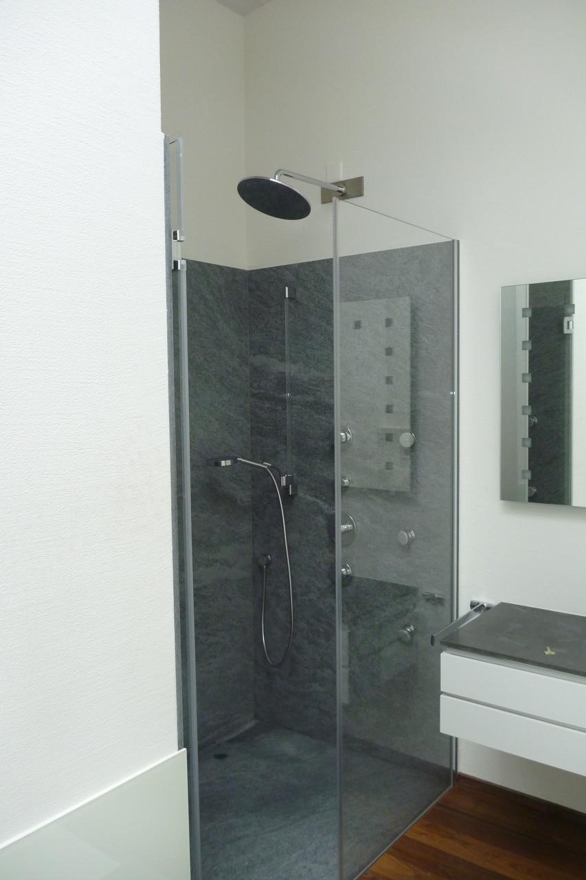 Penthouse in Wollerau Dusche/Bad: Duschkabine: Rück- und Seitenwände, Bodenplatte aus jeweils einem Stück. Onsernone Gneis aus dem Tessin, geflammt/gebürstet.