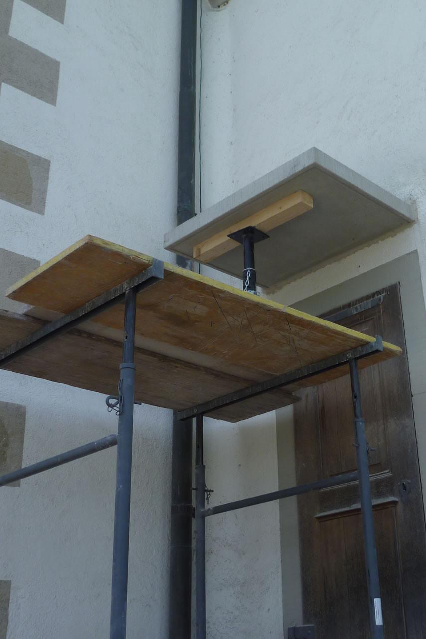 Kirche Hombrechtikon:  Versetzarbeiten an neuem Vordach aus Bolliger Sandstein