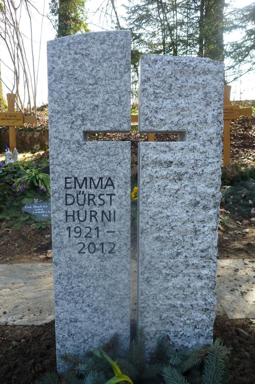 Grabmal in Gossau, Cresciano, linke Stele geschliffen, rechte Stele spaltrauh