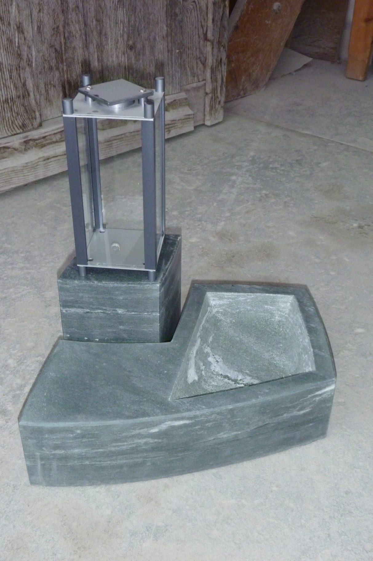 Spezielle Grablicht Installation, Friedhof Pfäffikon ZH:  Walliser Metabasit, Leichtmetall