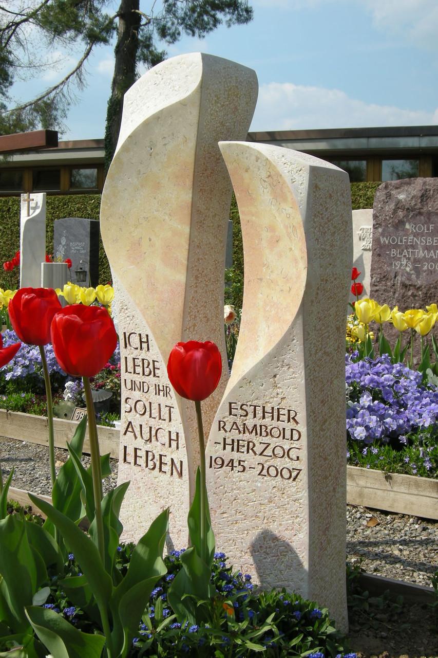 Grabmal in Wetzikon, Liesberger Kalkstein, handwerklich bearbeitet, geschliffen