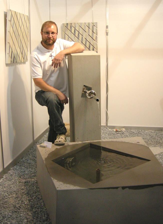 Fabian Winiger präsentiert den Brunnen an der EXPO Stäfa