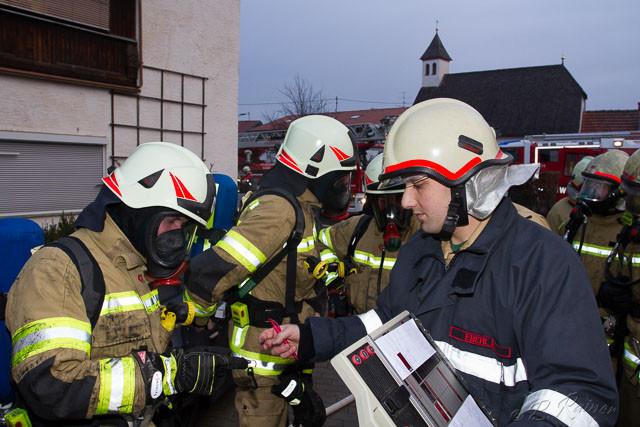 der Atemschutztrupp vom LF Mutters bereitet sich auf den Innenangriff vor, v.l.: OFM Christoph Eberl, LM Daniel Eberl, FM Thomas Tanzer und OFM Romed Eberl