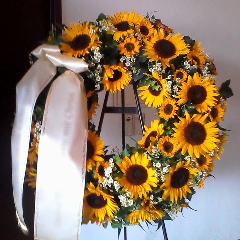 Trauerkranz mit Sonnenblumen und Kamille - nur in den Sommermonaten erhältlich.