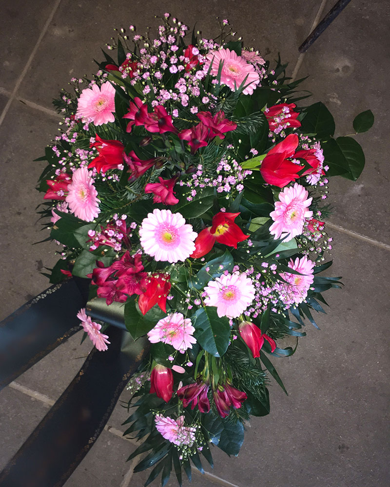 Frischblumenbukett in Tropfform mit rosa Germini, rosa Alstromerien, gefüllt mit rosa Schleierkraut.