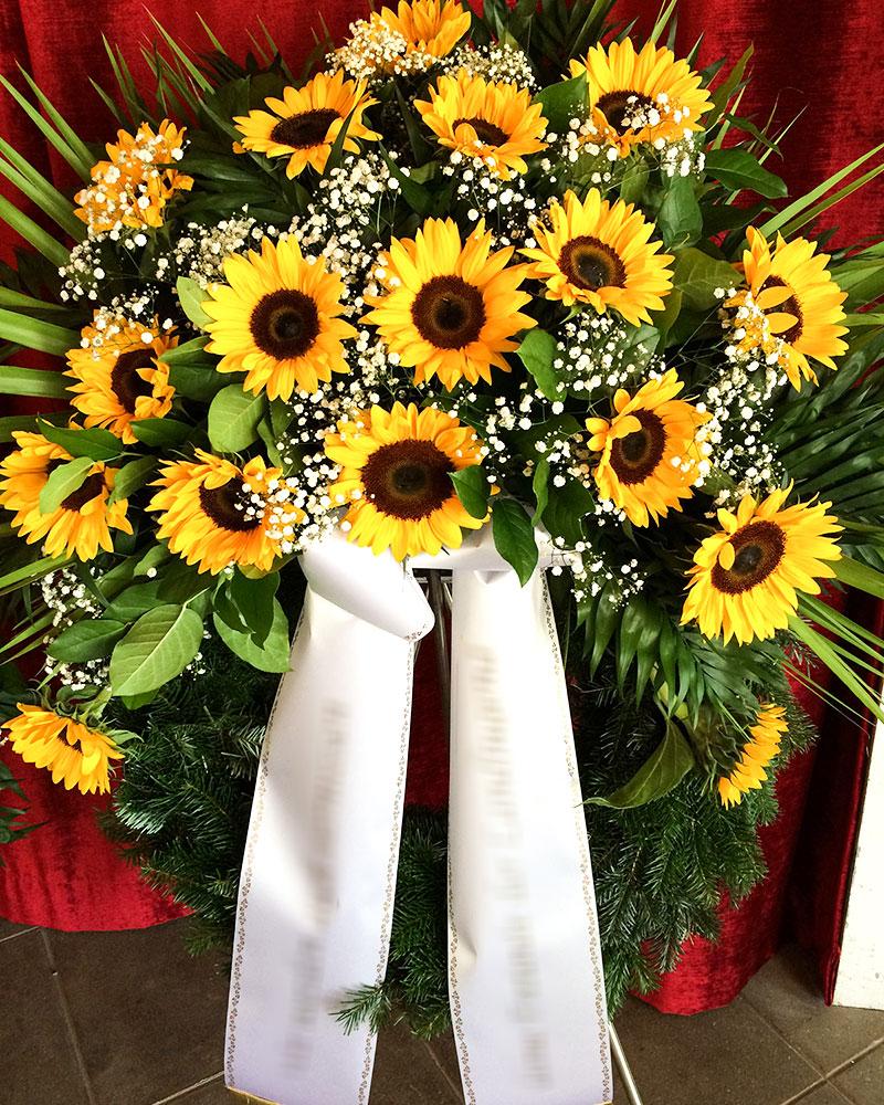 Trauerkranz mit Sonnenblumen und Schleierkraut gefüllt. Nur in den Sommermonaten erhältlich.