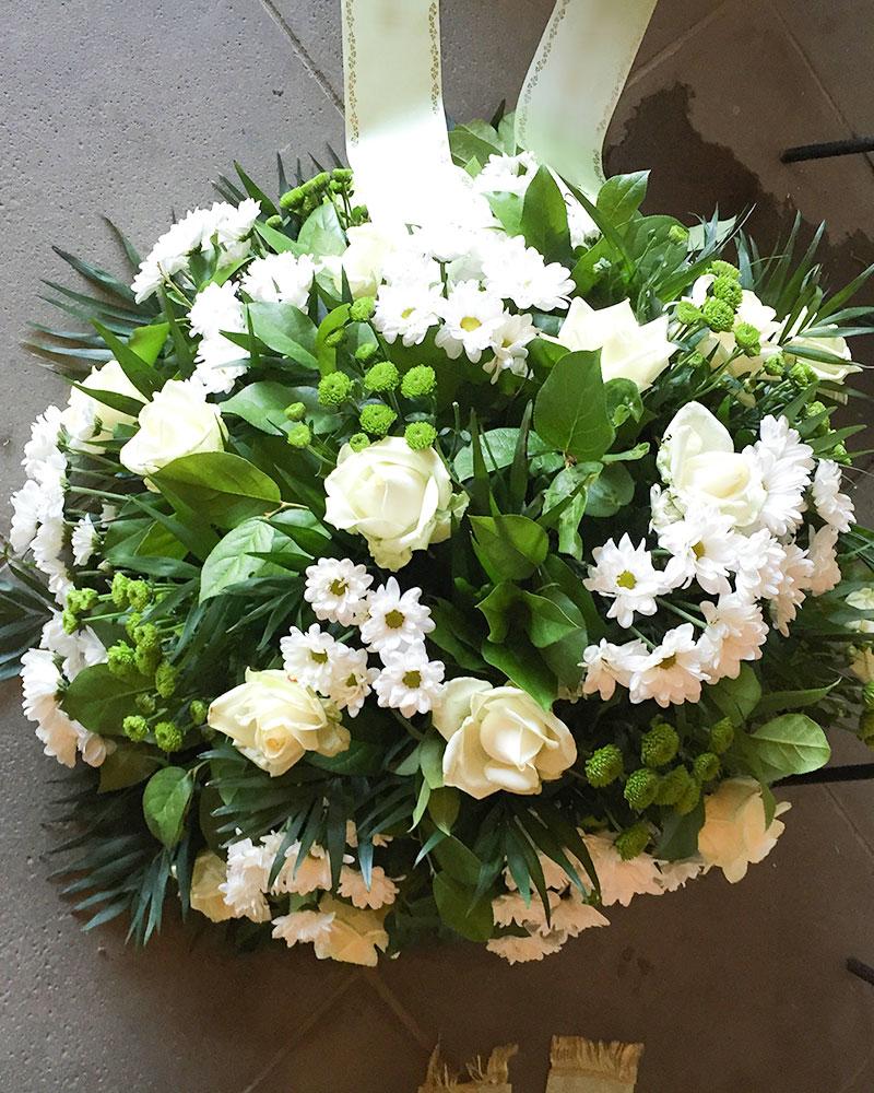 Frischblumenbukett rund mit weißen Rosen, weißen Chrysanthemen und grünen Santini.