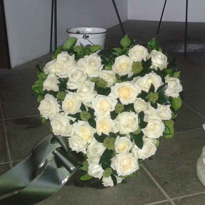 Trauerherz klein in weiß gehalten.