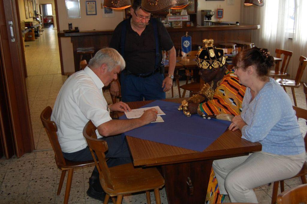 Der König und der Präsident beim unterzeichnen der Schenkungsurkunde