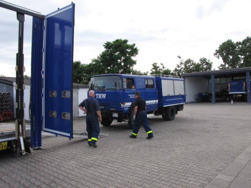 Das Abladen des GKW II vom Sattelzug des OV Trossingen