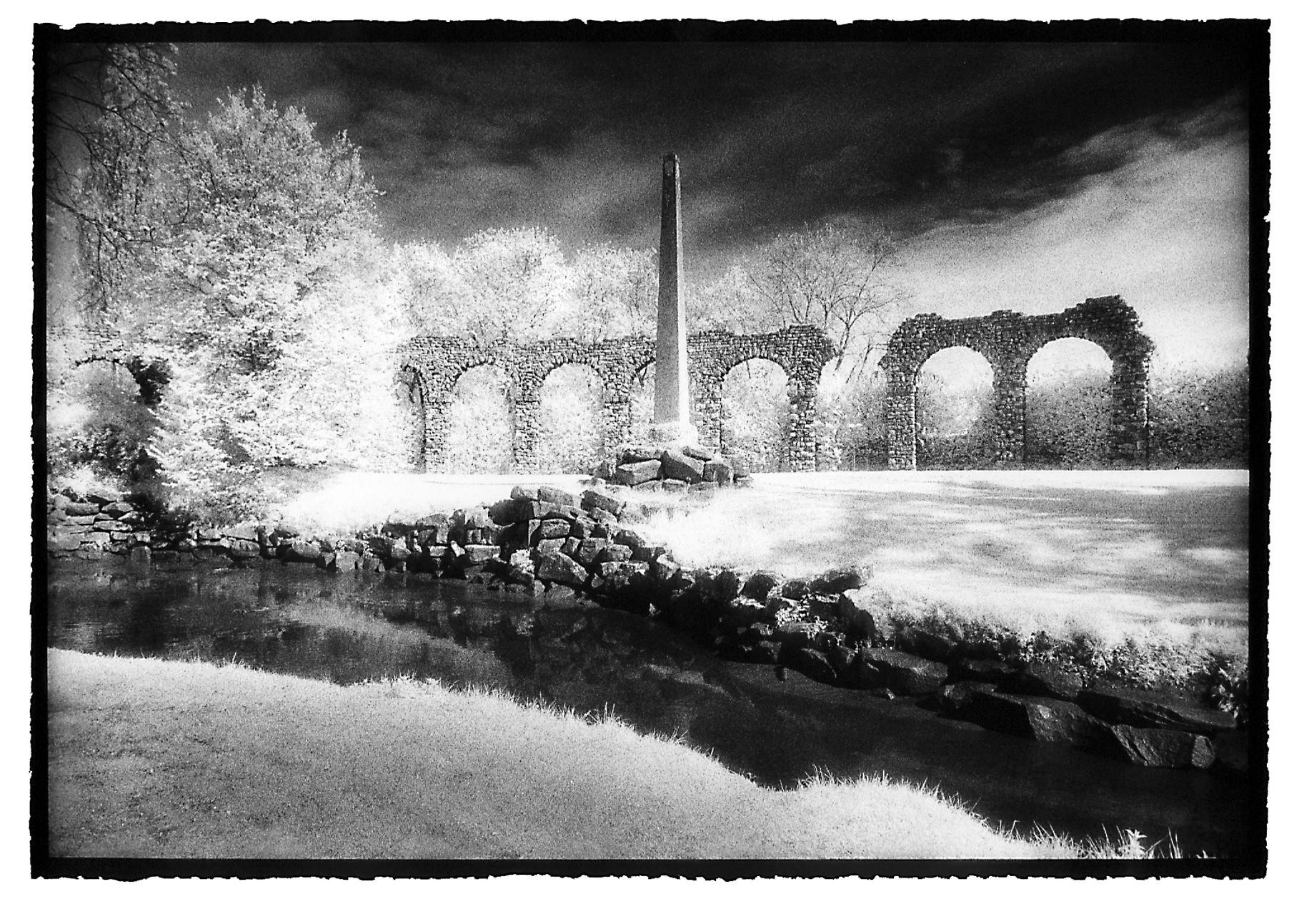 Obelisk vor römischer Wasserleitung
