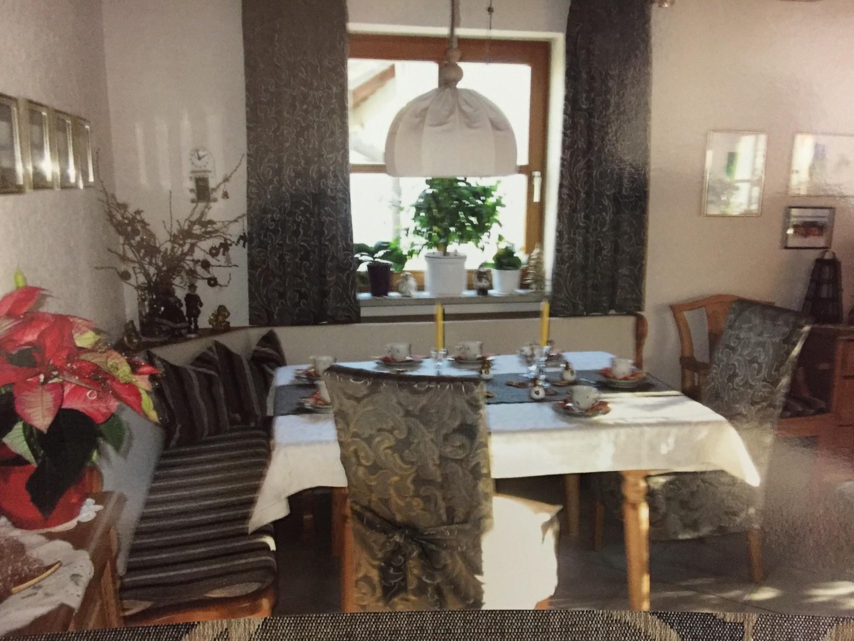 Stuhlhussen, Tischdecken und Eckbankpolster passend kombiniert