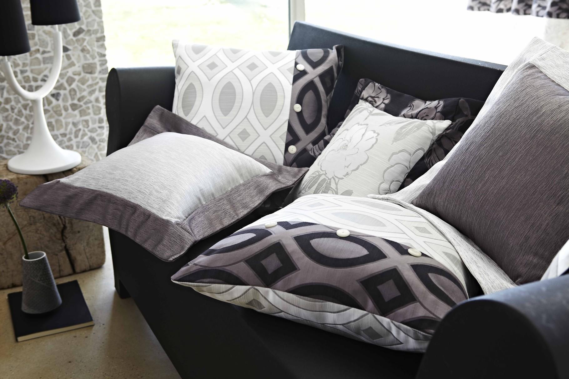 Gemusterte Kissen werten das Sofa auf