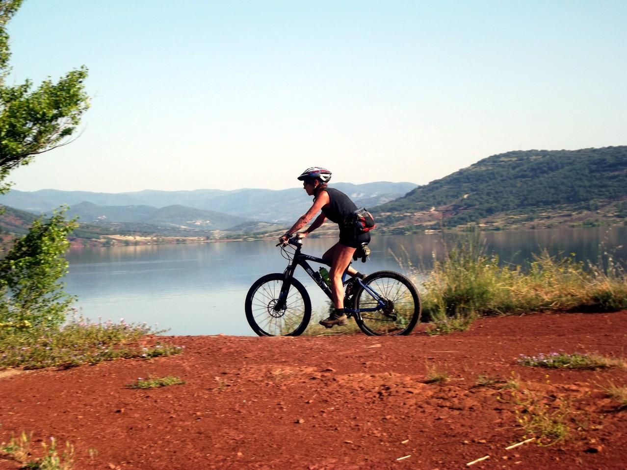 VTT sur les terres rouges bordant le Lac du Salagou (Clermont d'Hérault)