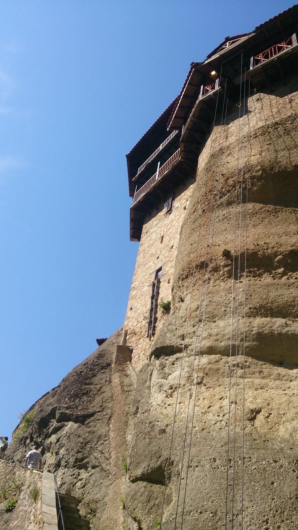 au pied du monastère