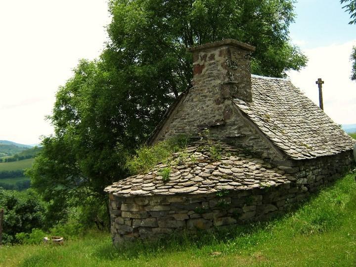 en AUBRAC, ancien four et toit d'ardoise