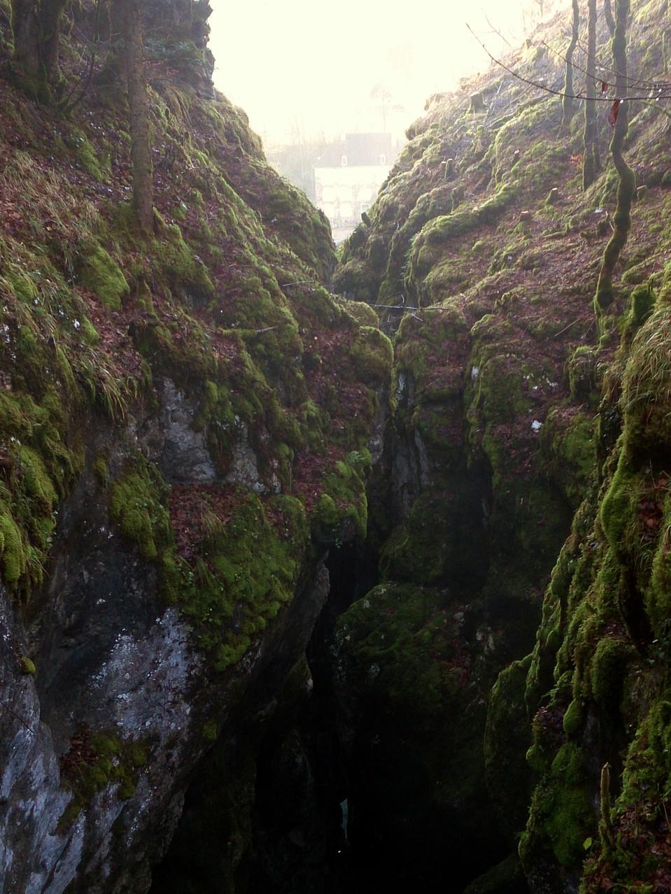 la rivière disparaît dans la faille
