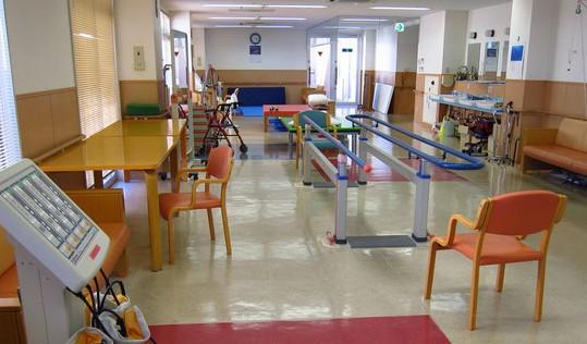リハビリテーションルームです。京都市右京区でも屈指の広くて明るい部屋です。