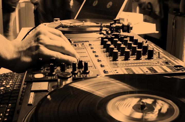Wir Vermitteln, Promoten & Managen DJ's