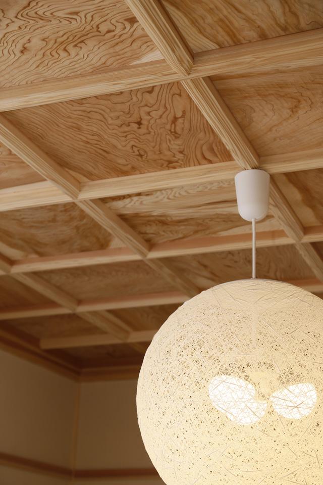 伝統的な格天井を取り入れた和室天井