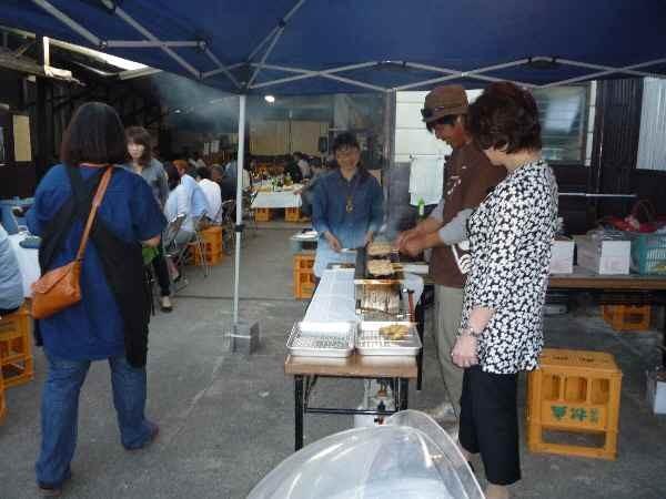 焼き鳥コーナーも美味しい。けんちん汁・お赤飯・もつ煮込み・ネギサラダ・漬物・デザートも美味しかったです。
