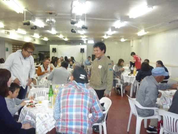 自酒純米無ろ過生原酒、自酒純米原酒を飲みながら、手作りのおいしい料理を食べながらメンバーの懇親を深めました。