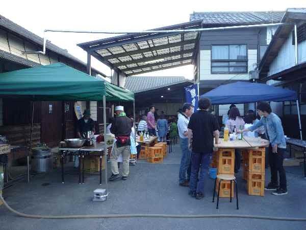 田植の後、岡部酒造の酒蔵で、さっそく常陸太田自酒プロジェクトの特別純米(生・火入)を飲みかわしました。