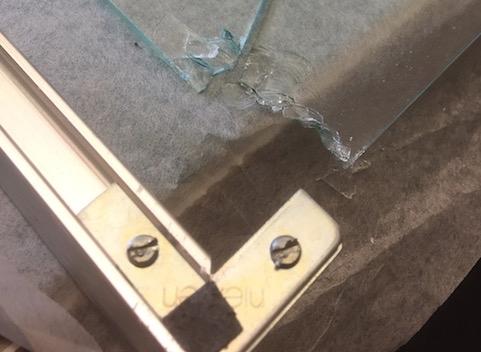 Alu-Rahmen - Bilderglas ersetzen lassen: Typischer Glasschaden im Alu-Bilderrahmen